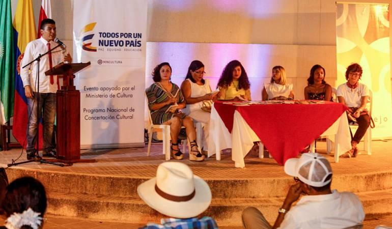 """Lanzamiento del libro """"Poesía para la Resistencia""""."""