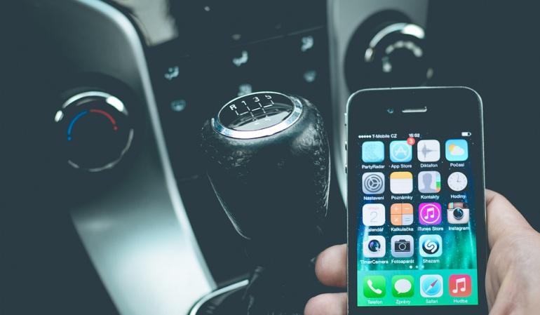 Peligros al usar el celular conduciendo: Cada 11 minutos, en promedio, sancionan a un conductor por uso del celular