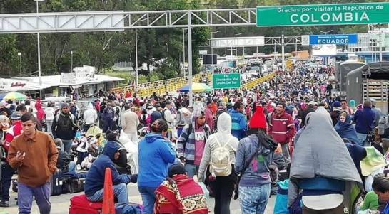 Masiva presencia de venezolanos en el Puente de Rumichaca, entre Colombia y Ecuador.