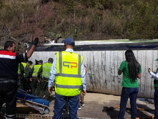 ACCIDENTE, BUS, PEAJE.: Un bus con hinchas del Nacional se accidentó en el peaje de Lebrija
