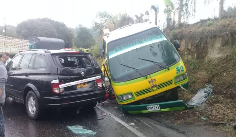 Choque múltiple de bus, camioneta, motocicleta y camión en el sector de La Española