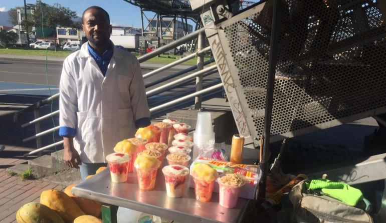 Vendedores informales en Bogotá: En los zapatos de un vendedor de jugos y fruta en Bogotá