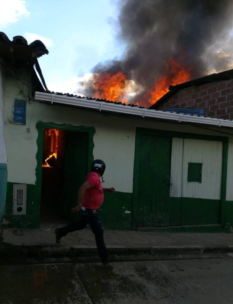 Incendio, Abejorral, Antioquia, casas, quemadas, emergencia: Un incendio consumió tres casas en Abejorral, Antioquia