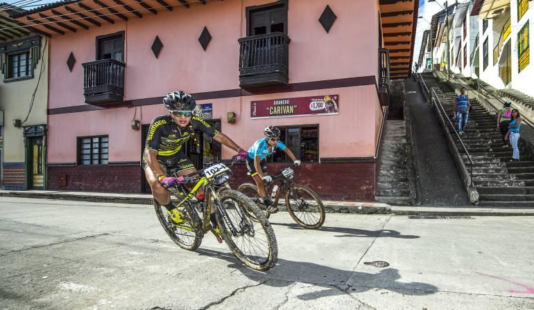 Ciclistas arrollados por motociclista.: Ciclistas de la vuelta a Colombia atropellados por motociclista
