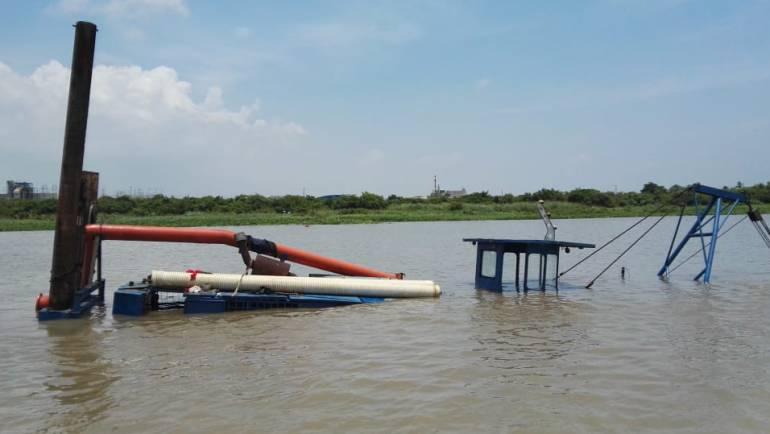Suspenden retiro de la draga hundida en el río Magdalena