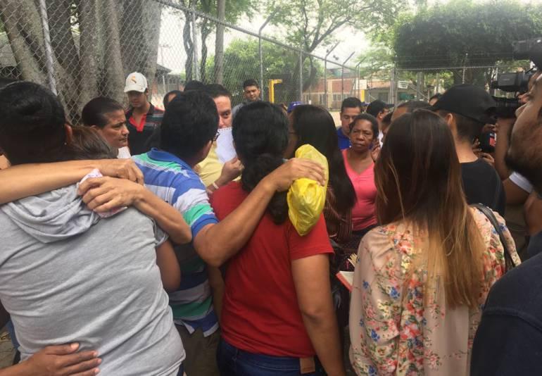 Accidente de bus Ecuador: En Cali familias siguen a la espera de las víctimas del bus accidentado