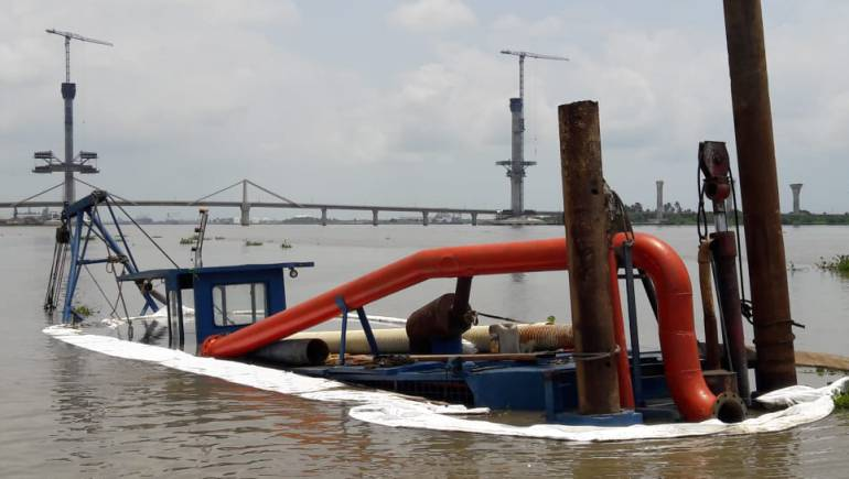 MinAmbiente evalúa en Barranquilla emergencia por hundimiento de draga