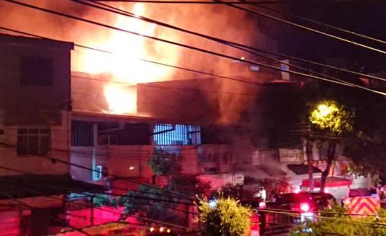 UN INCENDIO OCURRE EN LA PLAZA DE MERCADO SATÉLITE DEL SUR: Bomberos intentan contener incendio en la la plaza satélite del sur