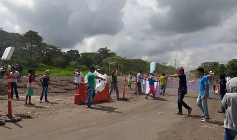 Coveñas: Bloquean vía del municipio de Moñitos - San Bernardo del Viento