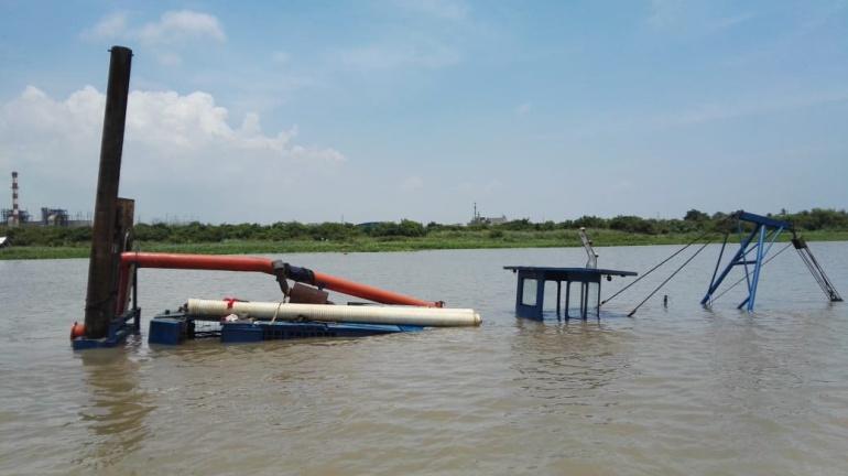Draga Puerta de Oro hundida en el río Magdalena