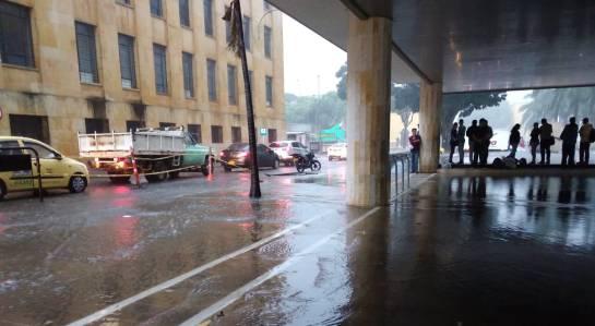 VOLVIÓ A LLOVER FUERTE EN EL ÁREA METROPOLITANA DE BUCARAMANGA: Video: Lluvias causan problemas en Santander