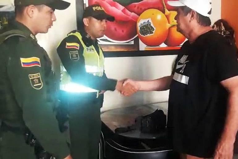 Policía de Cartagena recupera 26 millones de pesos olvidados en un taxi: Policía de Cartagena recupera 26 millones de pesos olvidados en un taxi