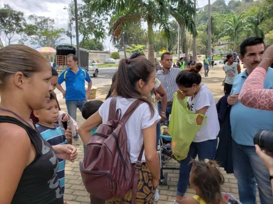 Crisis Venezuela Migración Colombia: Una pareja de mujeres son los 'ángeles' de caminantes venezolanos