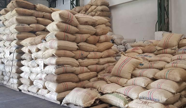 Cafeteros, carga de café, precios bajos, a perdida económica: Cafeteros frenan sus ventas por los precios en mercados internacionales