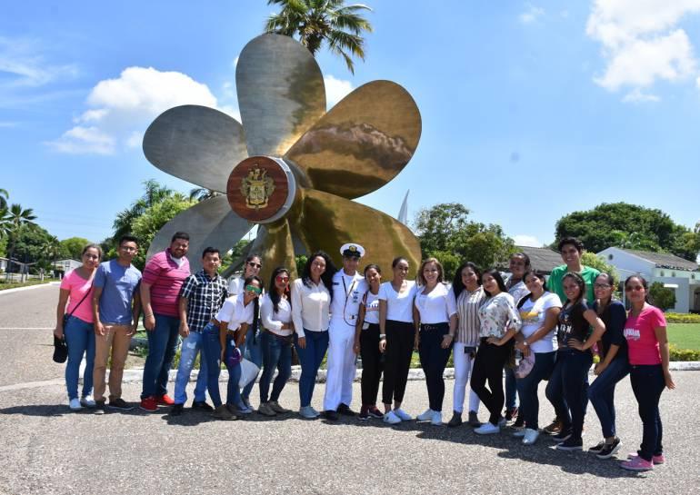 Escuela Naval recibe visita de universitarios del interior del país: Escuela Naval recibe visita de universitarios del interior del país