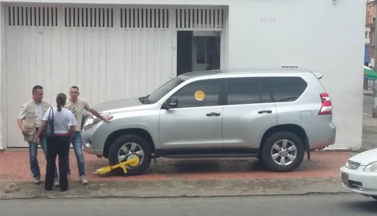 BUCARAMANGA LOS CEPOS LE LLEGARON A LA SEDE DE CAMBIO RADICAL: Le pusieron un cepo a camioneta de exsenador de Cambio Radical