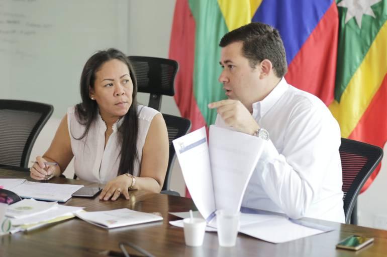 Capacitan usuarios para frenar abusos de empresas de servicios en Cartagena
