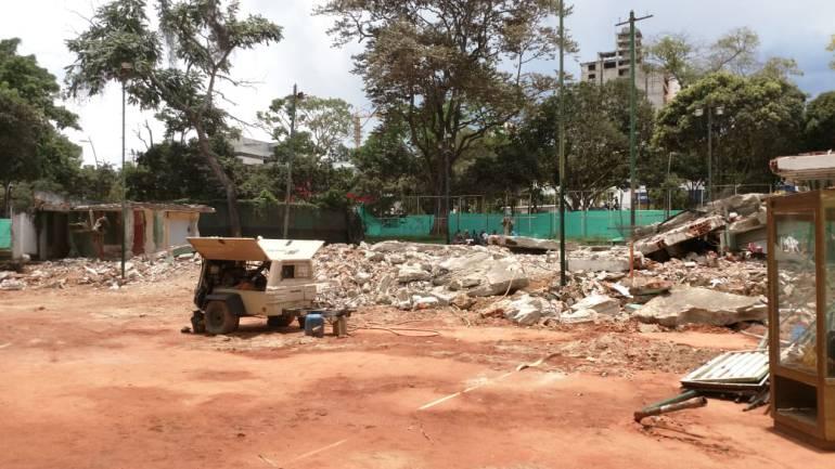 COMENZÓ LA DEMOLICIÓN DE LAS CANCHAS DE TENIS DEL PARQUE DE LOS NIÑOS: Demolieron las canchas de tenis del parque de los Niños