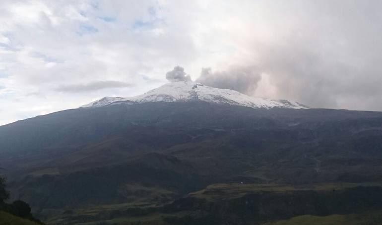 Columna de ceniza en el volcán Nevado del Ruiz.