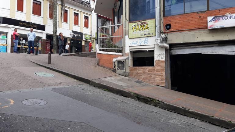 En la calle a un costado de la discoteca Sahara ocurrió el accidente en el que perdió la vida la mujer de 35 años.