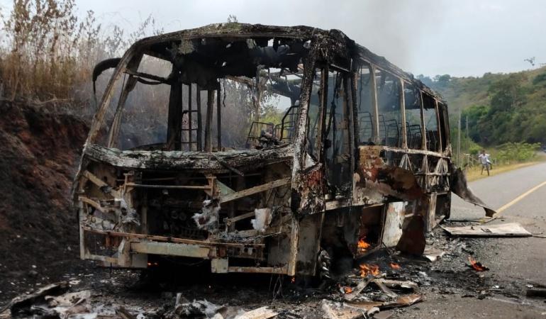 Terrorismo contra transporte intermunicipal en Cauca: Hombres armados quemaron un bus de servicio público en el norte del Cauca