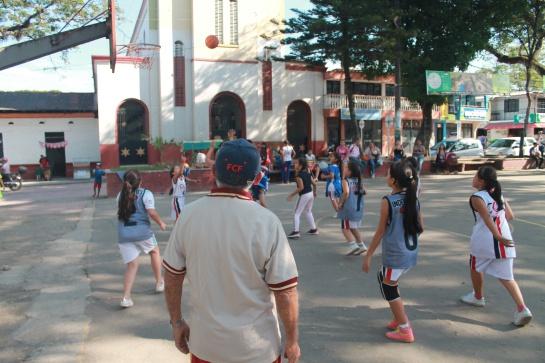 Equipos deportivos de Ibagué: Mujeres que entrenan baloncesto con las uñas