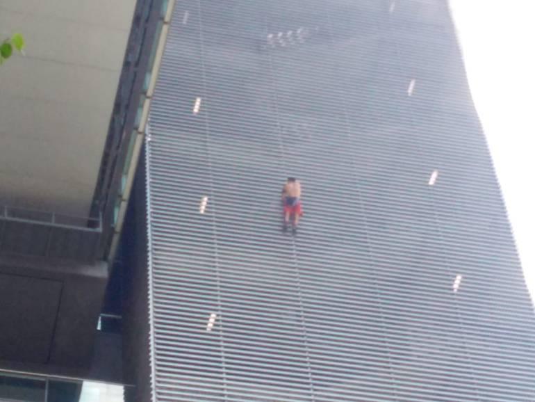 Escalador, ruso, hombre araña, Bancolombia, Medellín,: Spiderman ruso volvió a burlar las autoridades y trepó edificio en Medellín