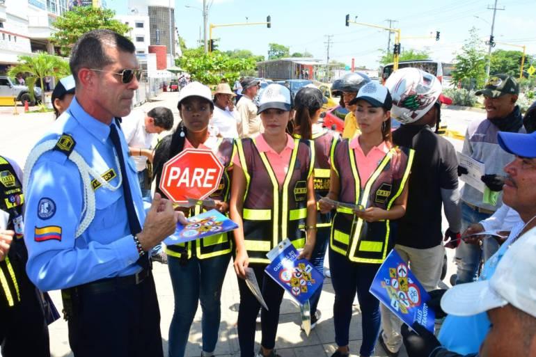 Reinas Populares concientizan a peatones en Cartagena: Reinas Populares concientizan a peatones en Cartagena