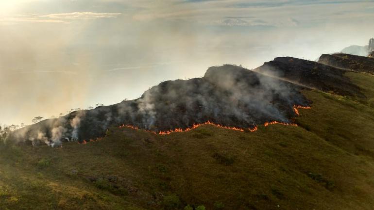 Las autoridades siguen combatiendo los incendios.