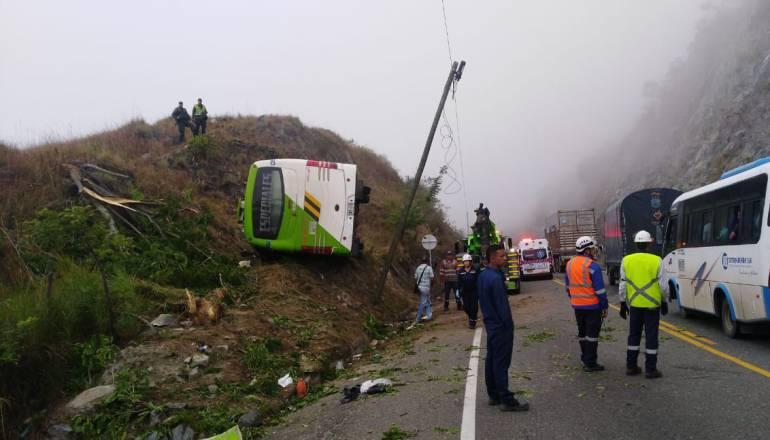 accidente, bus, menor, muerta: Dos muertos y 28 lesionados dejó el accidente de un bus