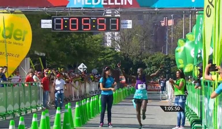 Imagen de 2015 de Joseph Kiprono ganando los 21K en Medellín.