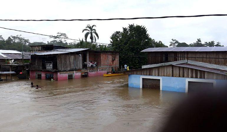 Inundaciones Sipí.: Habitantes de Sipí están en la calle tras desbordamiento del río
