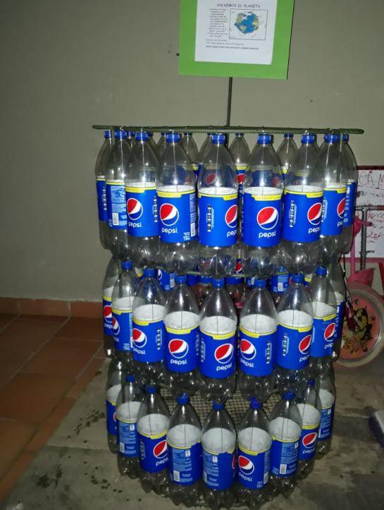 Recolectando botellas quiere ayudar al ambiente: Botella a botella menos plástico