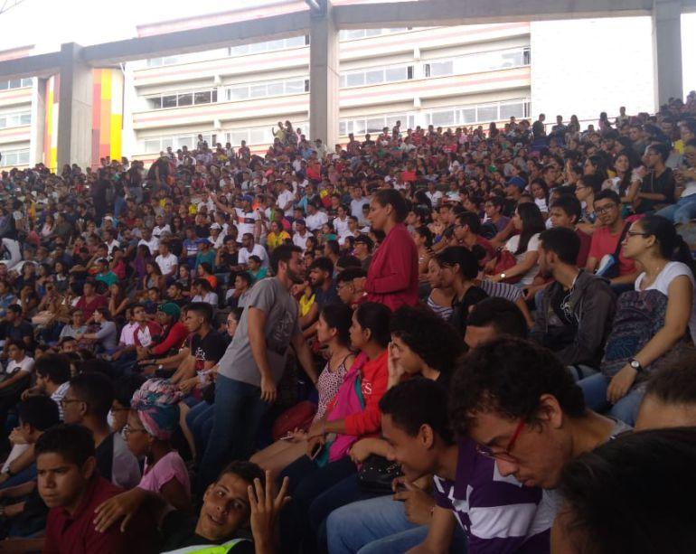 Estudiantes y profesores durante la Asamblea