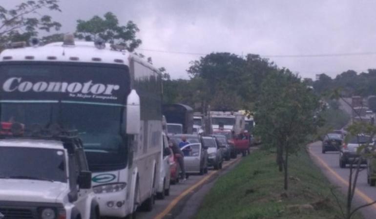 vía Bogotá - Girardot deslizamientos: Caos en vía Bogotá - Girardot por deslizamientos