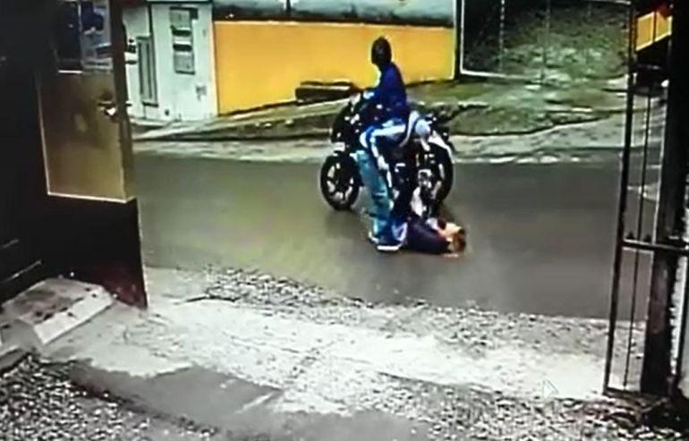 recompensa, ladrón golpiza, Marinilla, diez millones: Ofrecen recompensa por hombre que golpeó y robó a una mujer en Marinilla