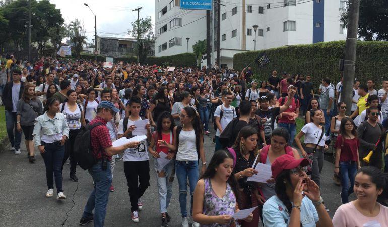 Estudiantes de Pereira marcharon para defender la educación pública: Estudiantes de Pereira marcharon para defender la educación pública