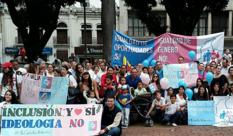 Con protestas rechazaron cartillas de ideología de género en Pereira