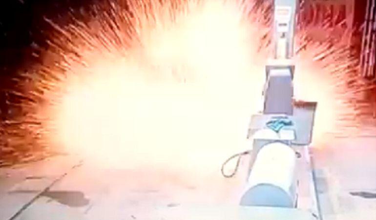 Lanzan granada en estación de gasolina