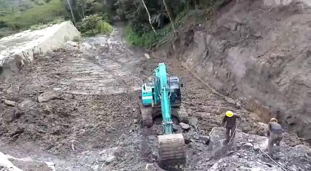 Video: Batallón Caldas logró retirar derrumbe entre Suaita y ... - Caracol Radio