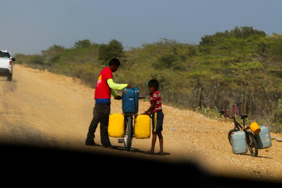 Niños de La Guajira salen buscando agua en los lugares más cercanos.