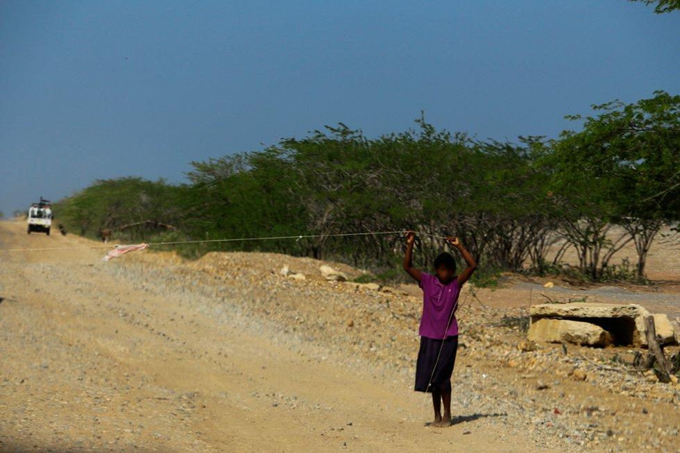 """Durante el recorrido se encuentran """"peajes"""" improvisados por los niños para pedir dinero y agua."""
