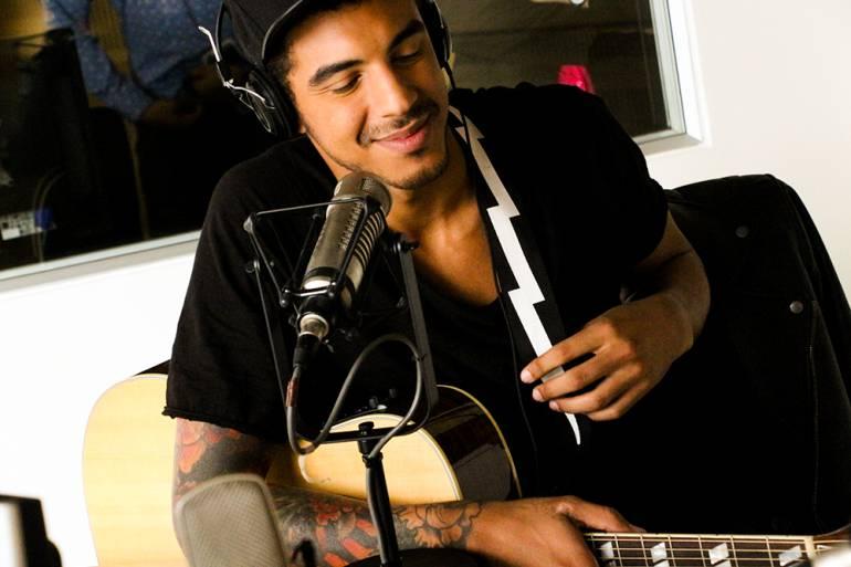 """Medrano canta canción de Mike Bahia en versión acústica: La versión """"Medrano"""" de una canción de Mike Bahía"""