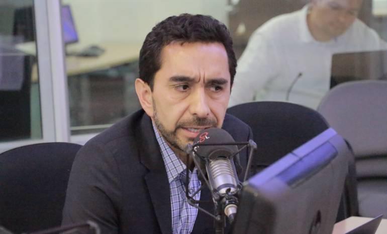 César Rodríguez advierte que Uribe podría buscar dividir el cubrimiento de los medios en la campaña