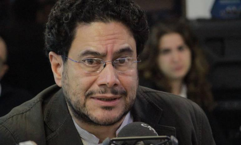 Entrevista hora 20 a Iván Cepda Tema Uribe Vélez: Los tres cargos por los que Iván Cepeda pedirá investigar a Uribe V.