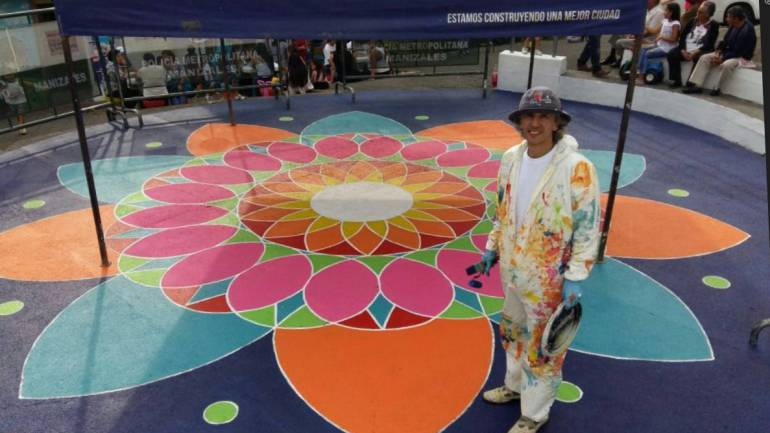 El artista que le pone color a un barrio de Manizales