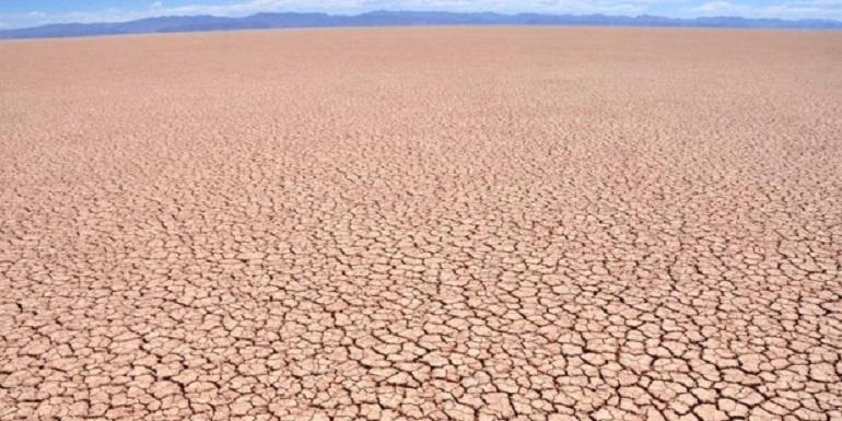 Sección de un lago seco por efecto del cambio climático