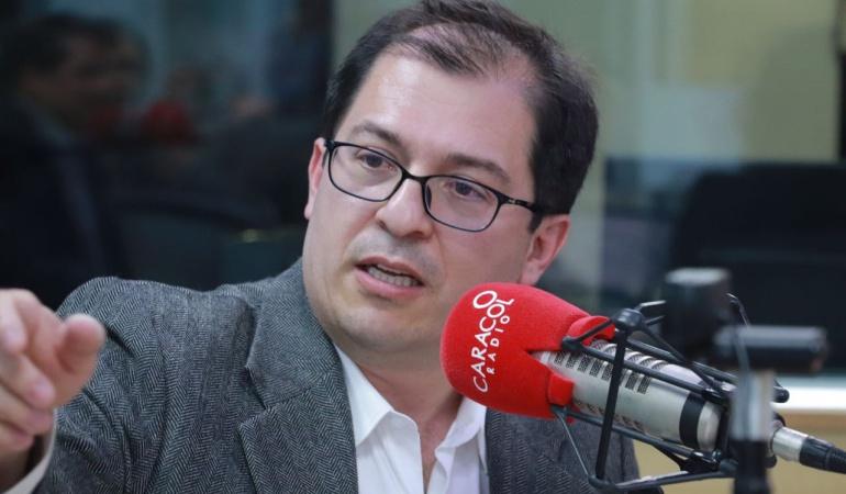 """HORA 20: """"No creo que en Colombia se pueda gobernar en los extremos"""": Barbosa"""