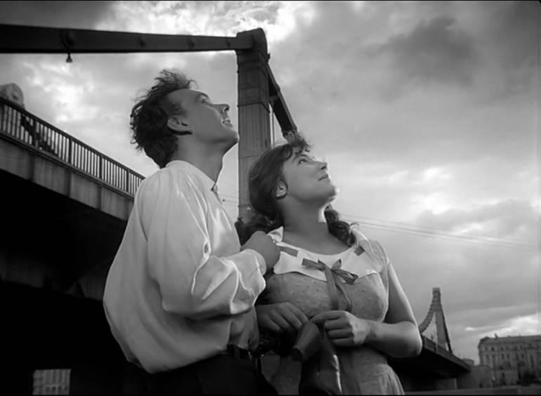 Cuando Pasan las Cigüeñas: Cuando Pasan las Cigüeñas, un emotivo romance, interrumpido por la guerra