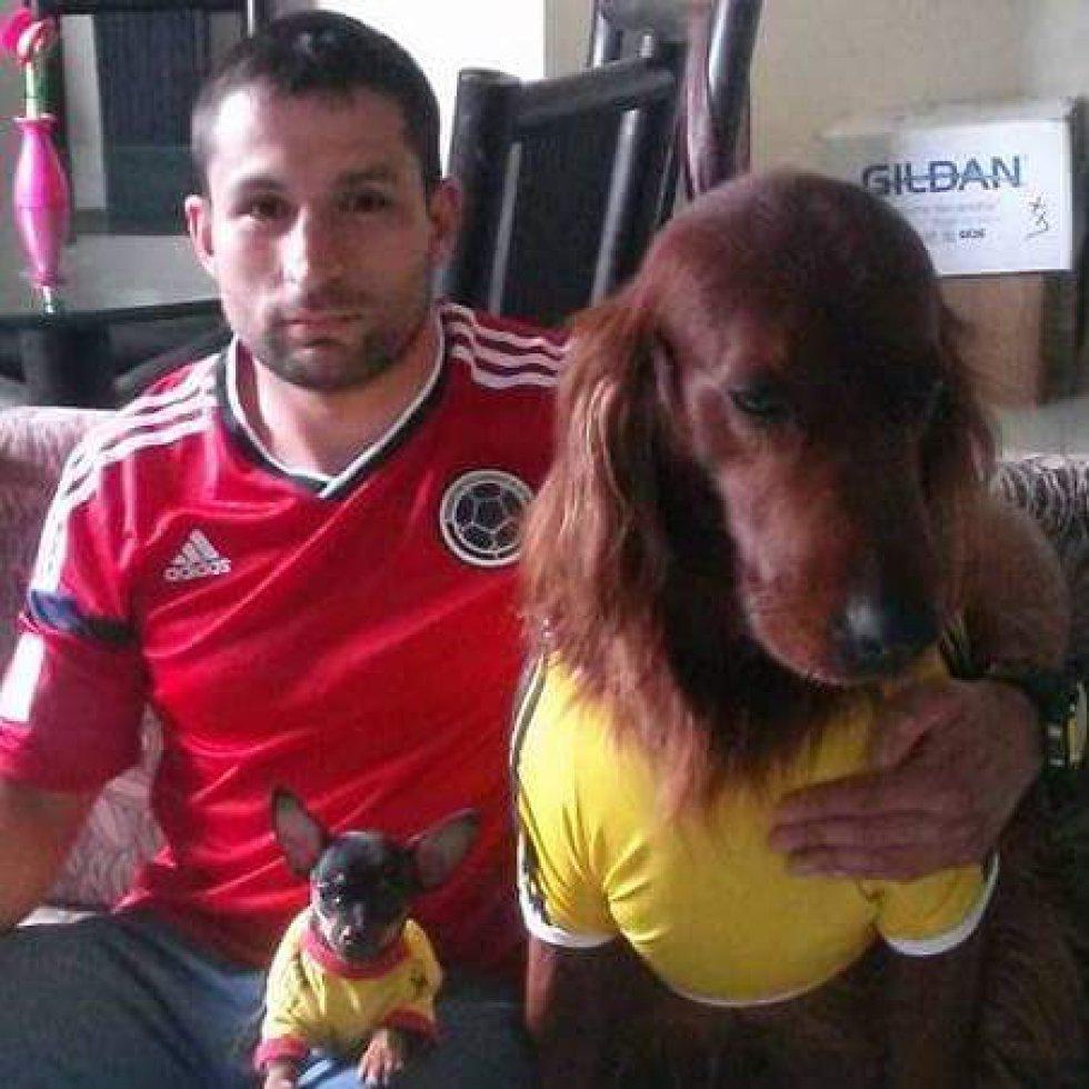 Andrés Sabogal nos envía la foto de él y sus dos mascotas con pinta mundialista